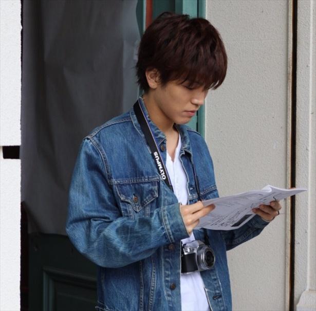 【写真を見る】セリフの最終チェック中…ふとした瞬間に岩田剛典が見せた真剣な表情にキュン