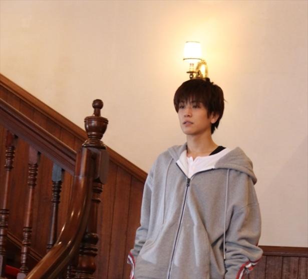 撮影に呼ばれ、ラフな格好で階段を降りてくる岩田剛典