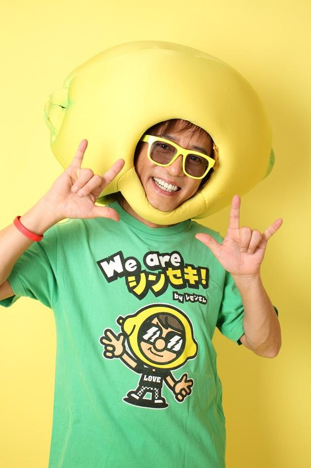 """小林麻耶とともにMCを務めるラジオDJ の""""レモンさん""""こと山本シュウは、LOVE in Actionプロジェクトリーダー"""