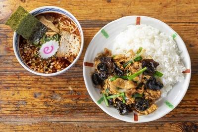 ボリューム満点の「日替りSET」(930円)。丼4種と半ラーメン4種(またはサラダ&スープ)を自由に組み合わせることができる。写真は玉子キクラゲ丼とピリ辛マーラーメン