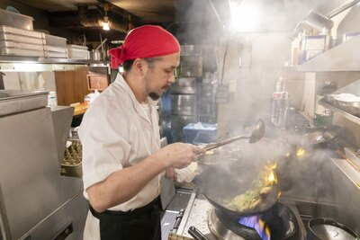 「忙しい時ほど新メニューのアイデアがひらめく」と中島さん。毎日朝から夜まで厨房に立ち、中華鍋を振り続ける