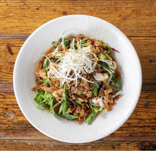 野菜たっぷりで女性にも人気の「冷し担々麺」(830円)。長イモとオクラを入れることで、麺とタレがよく絡む。夏季限定(~9月末)