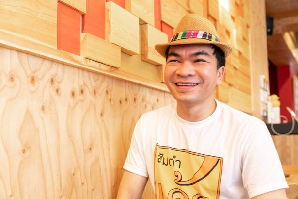 【写真を見る】料理長のポーンさん。オープン前にはバンコクの本店で数か月、一流の技と味を学んでから、日本に戻り、新店の厨房に立った