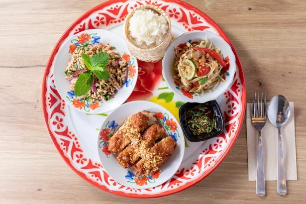 イサーンの定番3品と、もち米を集めたランチ限定のイサーンスペシャルセット1620円。イサーンの家庭ではもち米ご飯が日常食に