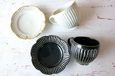 「マグカップ(ルリ・灰)」(各2160円)、「輪花しのぎ4寸皿(ルリ・灰)」( 各1728円)
