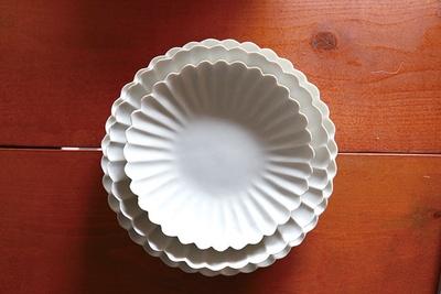 「 臼杵焼」の「白磁輪花プレート」(6480円)、「白磁輪花菊花鉢」(5940円)、「白磁輪花菊花皿」(3024円)