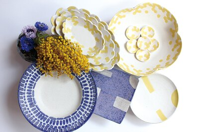 「青のラピス」と「黄色のミモザ」シリーズ。「ミモザはな楕円皿」(S2160円、M2916円、L3780円)他