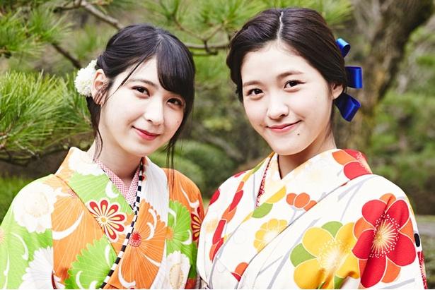 日本庭園にやってきたHKT48の今田美奈(右)と松岡菜摘(左)