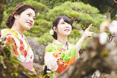 日本庭園に溶け込む和装美人。花を見る姿も、さまになってるね!