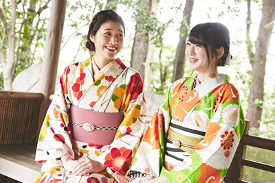 """散歩の途中に東屋で休憩。美奈「""""和""""って心がな ごむね」、菜摘「うん、日本にうまれてよかった!」"""