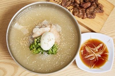 暑い時に特に注文の多い、清涼感あふれる「水冷麺セット」(1274円)。炭火焼肉が付いている