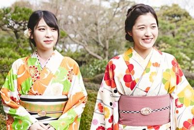 日本庭園に溶け込む和装美人の2人