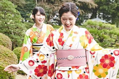 日本庭園にやってきたHKT48の今田美奈(左)と松岡菜摘(右)。清楚に…と言いながらも、はしゃいでしまうところがカワイイ