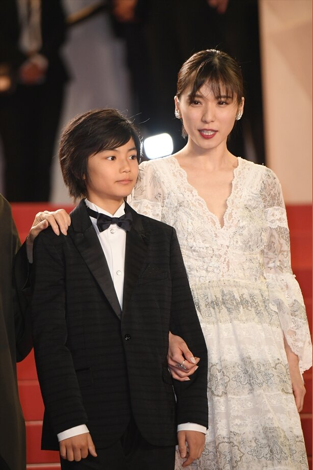 【写真を見る】美しく成長した松岡茉優と手をつないでレッドカーペットへ