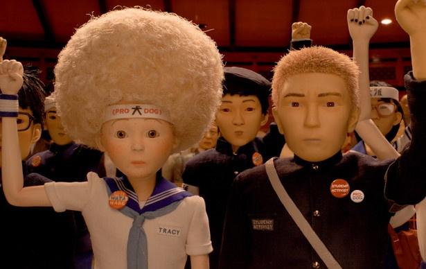 """グレタ・ガーウィグが声を務める""""陰謀""""に迫る交換留学生・トレイシーちゃんの顔には321個のそばかすがあります。大小さまざまな人形に書いたそばかすの数は、驚異の40000個…!"""