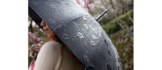 こちらも新商品。使わない時は傘袋に入れて、肩にかけて持ち運べる「京都・花舞妓 超軽量 16本骨ジャンプ傘」(3990円・ブラック)