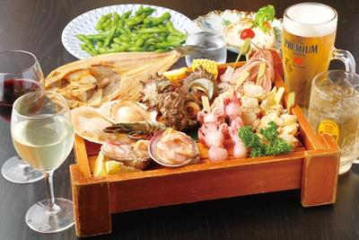 市場直送の鮮魚を盛り込むため、その日の仕入れにより内容が替わる。特に三河湾の大アサリなど貝類に注目を。ほか、旬の野菜、オードブル2品を含む全13品が味わえる※写真はイメージ