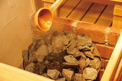 好みのアロマを水に入れて、セルフロウリュ体験。湿度と熱風が発汗を促してくれる