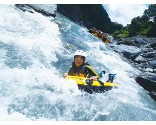 渓谷の滝を登るシャワークライミング、滝を下るキャニオニング、天然のプールで泳ぐスイミングが1度に楽しめるキャニオンスイミング