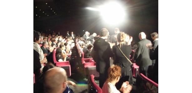 満場の観客が立ち上がり拍手が鳴り止まない