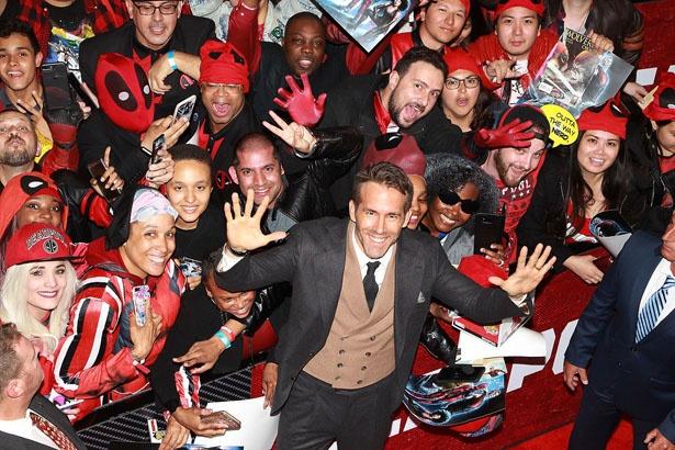 """【写真を見る】「デッドプール2」NYプレミアに熱狂ファンが集合!会場が""""デッドプールカラ―""""に"""