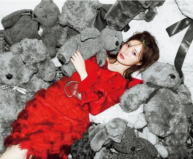「色のない世界」では鮮烈な赤い衣装で登場する白石麻衣