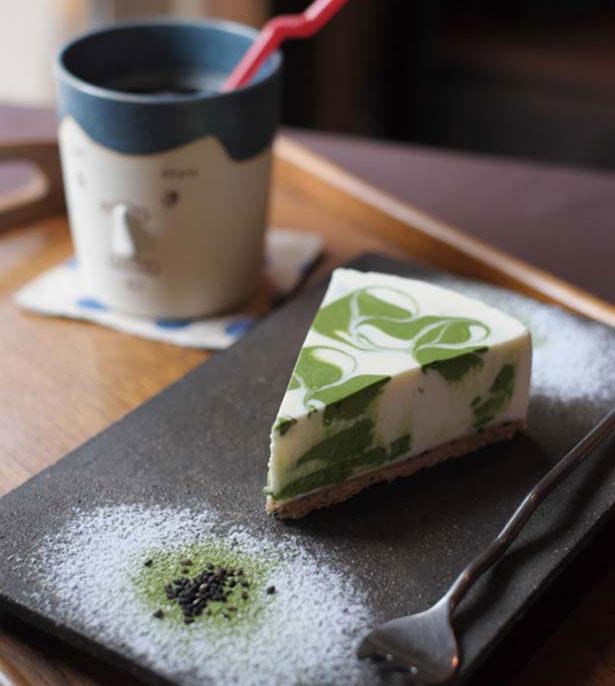 【写真を見る】「抹茶レアチーズケーキセット」(1080円、ドリンク付き)/Japanese Cafe & Gift Shop TEN