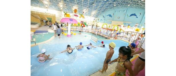 天井も高く開放感のある屋内型プール