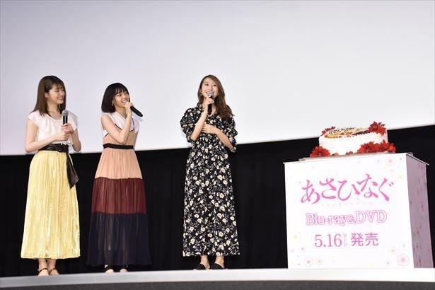 【写真を見る】誕生日のサプライズに感謝感激の桜井玲香