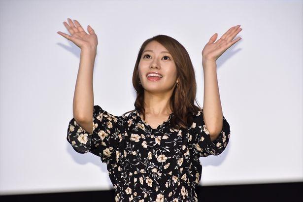 ファンの声援に手を振って応える桜井玲香