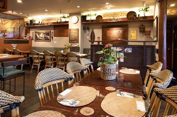 テーブルの天板に使ったチークの一枚板、ドアや数々の調度品などを現地から大型コンテナで輸送し、作り上げた店内はバリのレストランの雰囲気そのもの