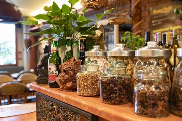 店内にはスパイスがズラリ。さまざまなスパイスを自在に扱い、サンバルなどのインドネシア独自の調味料を作り上げる