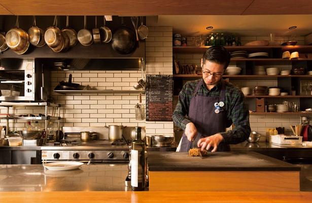 警固の活気を象徴する人気店「Yorgo」。フルオープンキッチンでシェフが目の前で料理を仕上げる