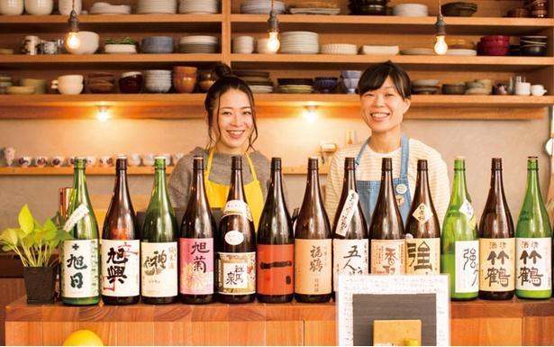 女性店主(写真右)が優しい笑顔で出迎えてくれる「町屋 あかりや」。日本酒も豊富にそろう