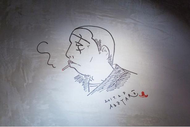 「町屋 あかりや」。壁には安倍夜朗氏が同店を訪れた際に描いたイラストも。店内で探してみよう
