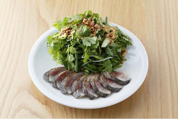 「mon an ETHNIC」の「炙りしめサバとパクチー青唐辛子のサラダ」(1100円)
