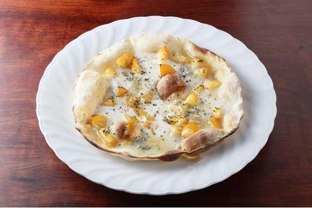 「日々ノ泡」の糸島野菜のうす焼きピッツァは常時3種類。写真は「ブルーチーズとキンカンのうす焼きピッツァ」