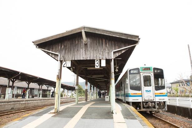 【写真を見る】国の登録有形文化財に指定されている、天竜二俣駅のプラットホーム