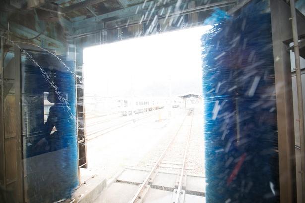 水が勢いよく噴射し、列車を磨き上げる