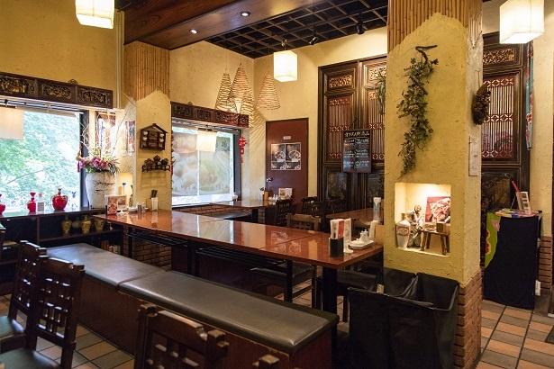 台湾の調度品、民芸品をインテリアとして飾る店内。ひと昔前の台湾の曲をBGMで流す