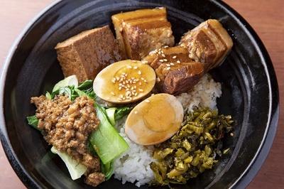 台湾屋台フードとして人気の魯肉飯(880円)。豚バラ肉の角煮は30分ボイルしてから油で素揚げし、さらに30分煮込み、手間暇かけて作る