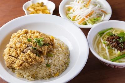 ランチ限定のパイクー炒飯セット(850円)。ジャガイモ粉をまぶして揚げるトンカツのパイクーは、ザクザクとした衣の食感が楽しい