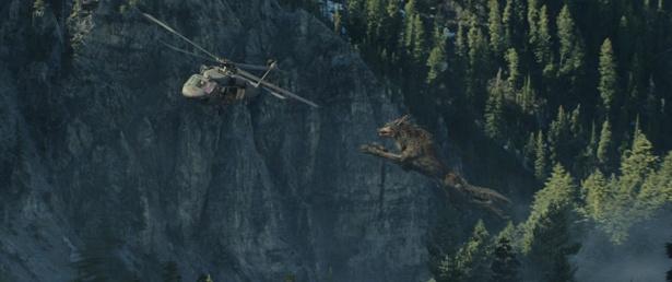 【写真を見る】空も飛べる!?巨大オオカミがヘリ目がけて大ジャンプ!