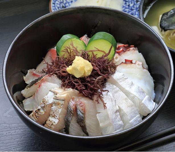 【写真を見る】登山後は、糸島の旬の魚介を存分に味わおう!「志摩の海鮮丼屋」の「糸島海鮮丼」(大・980円)
