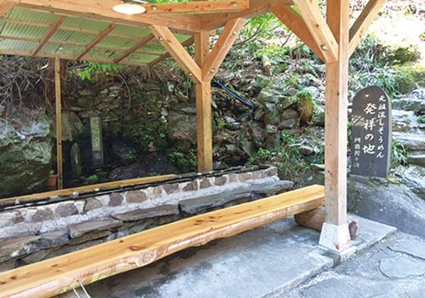 石造りの流し台は、座席付き。座ってゆっくりと味わうことができる