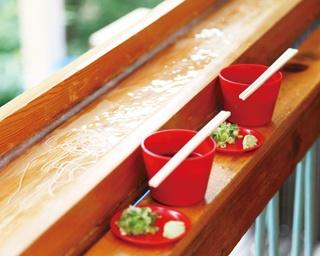 地元で伐採されたサワラの木で作った樋で流す。麺はコシのあるものを厳選して使用している
