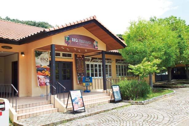 入園ゲートの近くにあるバーベキューレストラン/堺・緑のミュージアム ハーベストの丘