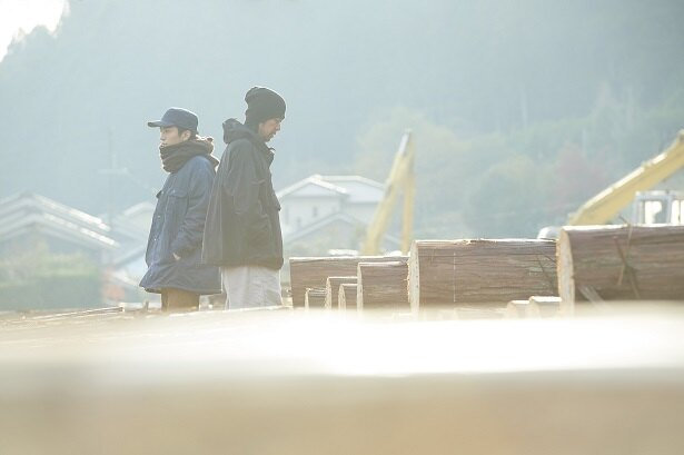 智(永瀬正敏)と鈴(岩田剛典)は、まるで兄弟のように仲良く共同生活を始めるが…