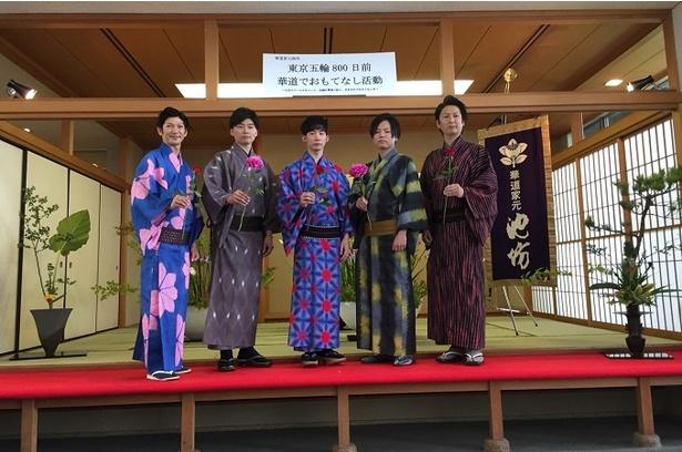 【写真を見る】花が似合うイケメン華道グループ・IKENOBOYSの集合ショット