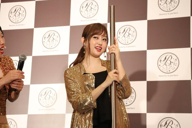 【写真を見る】「人妻っていうプレミア付きよ!」と妖艶な(?)目つきでポールダンスを披露する菊地亜美
